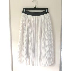White uniqlo pleated skirt with elastic waistband